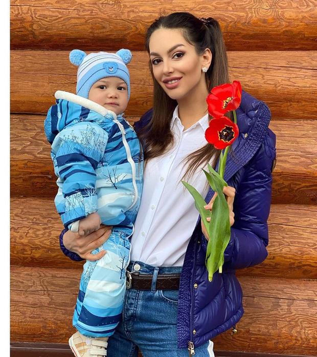 Sau gần 1 năm ly hôn, hai mẹ con hoa khôi Nga bị cựu vương Malaysia hắt hủi giờ có cuộc sống ra sao? - Ảnh 3.