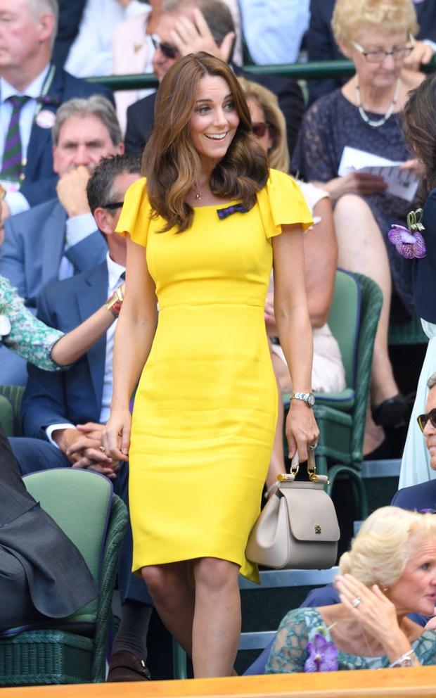 3 cách đeo túi của Công nương Kate giúp cô luôn tỏa sáng, quan trọng là nàng công sở cũng có thể áp dụng theo tức thì - Ảnh 3.