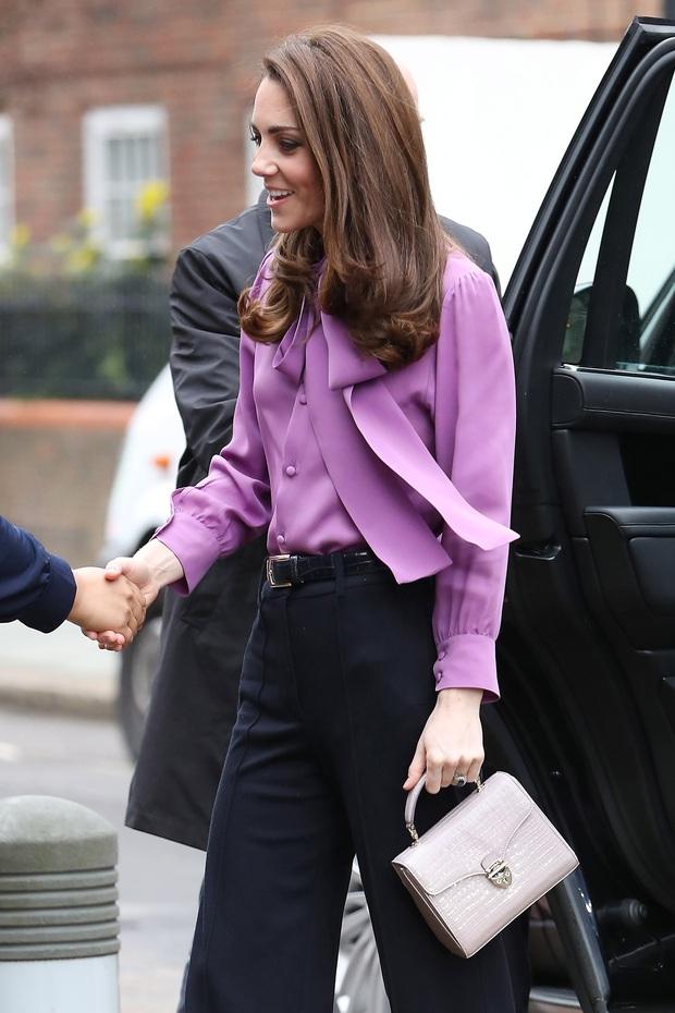 3 cách đeo túi của Công nương Kate giúp cô luôn tỏa sáng, quan trọng là nàng công sở cũng có thể áp dụng theo tức thì - Ảnh 4.