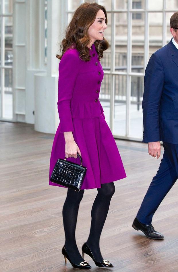 3 cách đeo túi của Công nương Kate giúp cô luôn tỏa sáng, quan trọng là nàng công sở cũng có thể áp dụng theo tức thì - Ảnh 5.