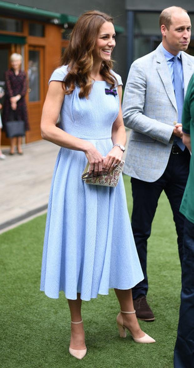 3 cách đeo túi của Công nương Kate giúp cô luôn tỏa sáng, quan trọng là nàng công sở cũng có thể áp dụng theo tức thì - Ảnh 6.