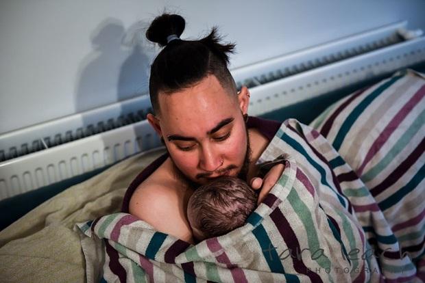 Không chỉ ở Việt Nam, trên thế giới đã có người đàn ông sinh con tới tận 3 lần, cận cảnh quá trình sinh nở gây xúc động - Ảnh 7.
