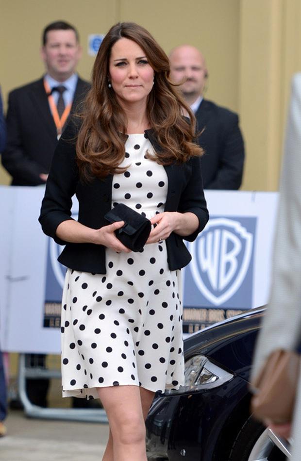 3 cách đeo túi của Công nương Kate giúp cô luôn tỏa sáng, quan trọng là nàng công sở cũng có thể áp dụng theo tức thì - Ảnh 7.