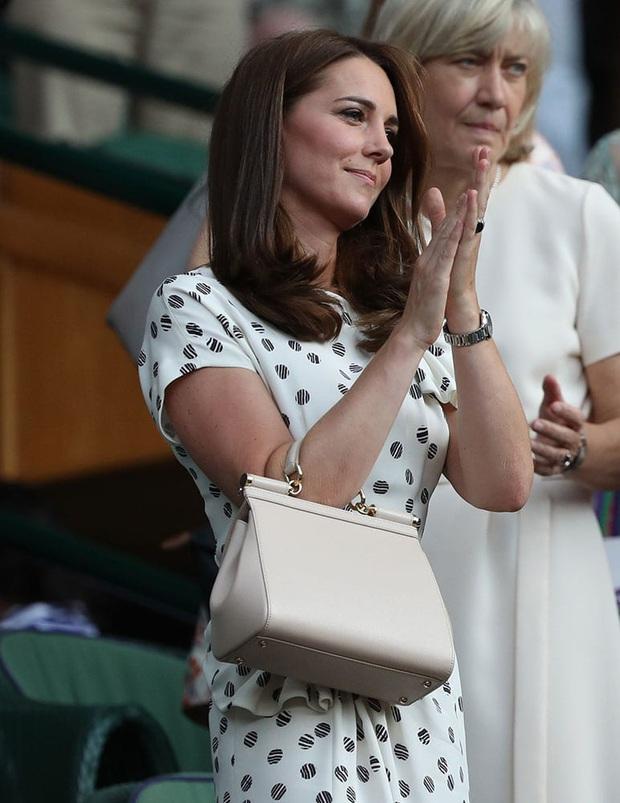 3 cách đeo túi của Công nương Kate giúp cô luôn tỏa sáng, quan trọng là nàng công sở cũng có thể áp dụng theo tức thì - Ảnh 9.