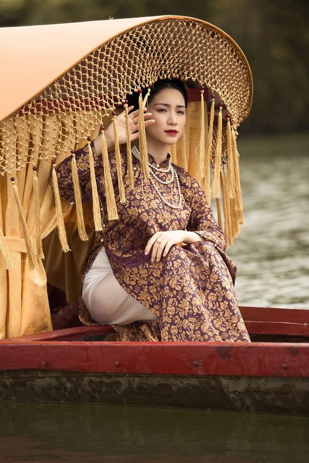 Nể toàn tập trước sự tỉ mỉ trong MV mới của Hòa Minzy: Từ chiếc thuyền sử dụng kĩ thuật trang trí cung đình, đến cái tua rua hay các chi tiết nhỏ không được lên hình - Ảnh 3.