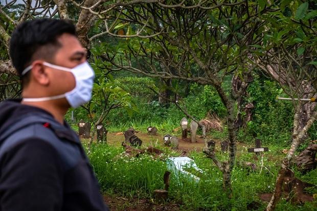 Bật nắp quan tài tắm rửa cho thi thể mắc Covid-19, 15 dân làng nhiễm bệnh, hàng chục trường hợp bị cách ly - Ảnh 1.