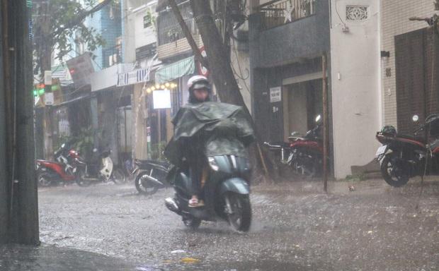 """Ảnh: Mưa xối xả vào chiều tan tầm, người Sài Gòn mệt mỏi vì hứng trọn """"combo"""" ngập nước và kẹt xe - Ảnh 1."""