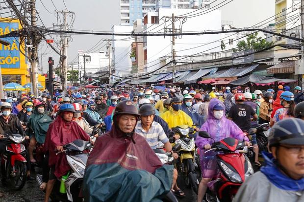 """Ảnh: Mưa xối xả vào chiều tan tầm, người Sài Gòn mệt mỏi vì hứng trọn """"combo"""" ngập nước và kẹt xe - Ảnh 6."""