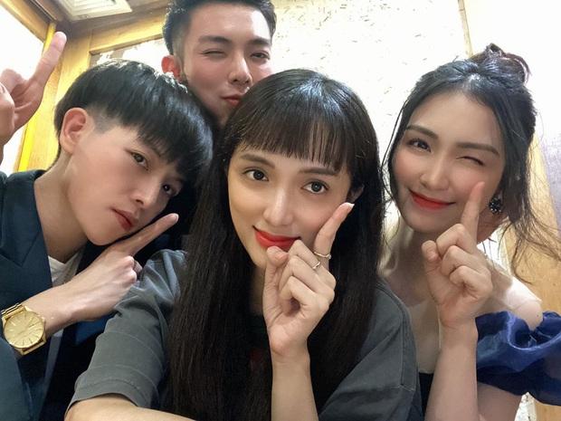 Bộ tứ #1 trending Hương Giang và nhà Hoa dâm bụt hát tráo hit của nhau siêu mượt nhưng đáng chú ý hơn cả là danh tính người đàn ông quay clip - Ảnh 1.