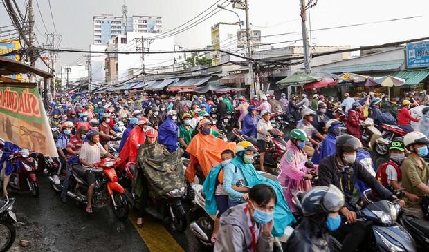 """Ảnh: Mưa xối xả vào chiều tan tầm, người Sài Gòn mệt mỏi vì hứng trọn """"combo"""" ngập nước và kẹt xe - Ảnh 5."""