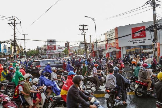 """Ảnh: Mưa xối xả vào chiều tan tầm, người Sài Gòn mệt mỏi vì hứng trọn """"combo"""" ngập nước và kẹt xe - Ảnh 3."""