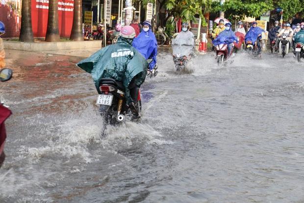 """Ảnh: Mưa xối xả vào chiều tan tầm, người Sài Gòn mệt mỏi vì hứng trọn """"combo"""" ngập nước và kẹt xe - Ảnh 10."""