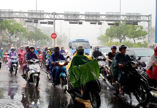 """Ảnh: Mưa xối xả vào chiều tan tầm, người Sài Gòn mệt mỏi vì hứng trọn """"combo"""" ngập nước và kẹt xe - Ảnh 13."""