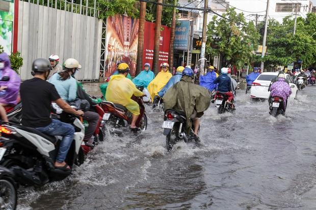 """Ảnh: Mưa xối xả vào chiều tan tầm, người Sài Gòn mệt mỏi vì hứng trọn """"combo"""" ngập nước và kẹt xe - Ảnh 9."""