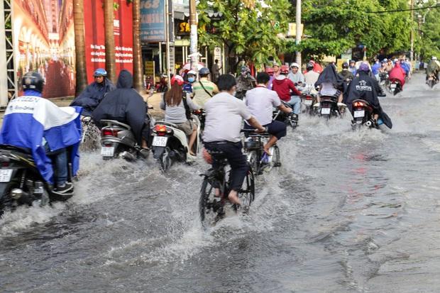 """Ảnh: Mưa xối xả vào chiều tan tầm, người Sài Gòn mệt mỏi vì hứng trọn """"combo"""" ngập nước và kẹt xe - Ảnh 8."""