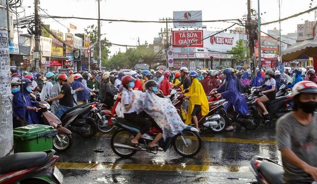 """Ảnh: Mưa xối xả vào chiều tan tầm, người Sài Gòn mệt mỏi vì hứng trọn """"combo"""" ngập nước và kẹt xe - Ảnh 4."""