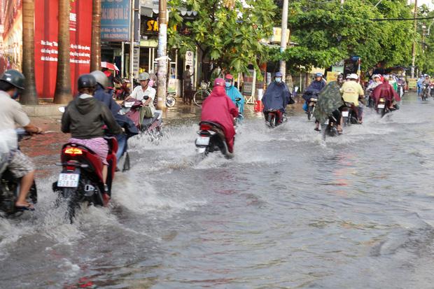 """Ảnh: Mưa xối xả vào chiều tan tầm, người Sài Gòn mệt mỏi vì hứng trọn """"combo"""" ngập nước và kẹt xe - Ảnh 7."""