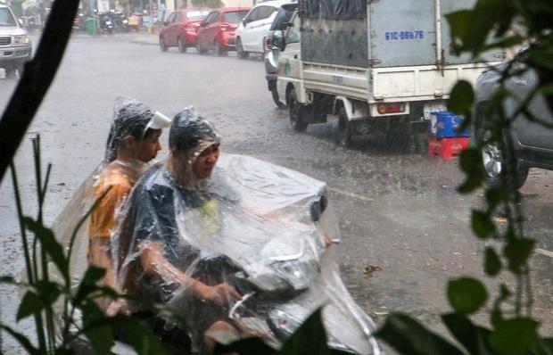 """Ảnh: Mưa xối xả vào chiều tan tầm, người Sài Gòn mệt mỏi vì hứng trọn """"combo"""" ngập nước và kẹt xe - Ảnh 2."""