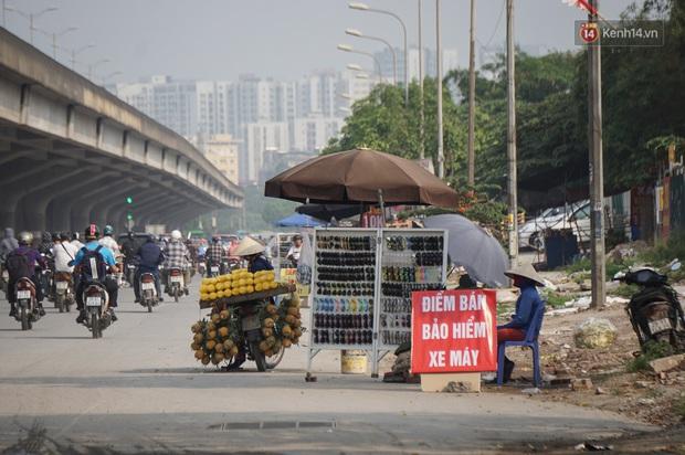 Hà Nội: Người dân đổ xô đi mua bảo hiểm xe máy, nơi bán giá siêu rẻ 20.000đ/ năm mọc lên nhan nhản ở lề đường - Ảnh 1.