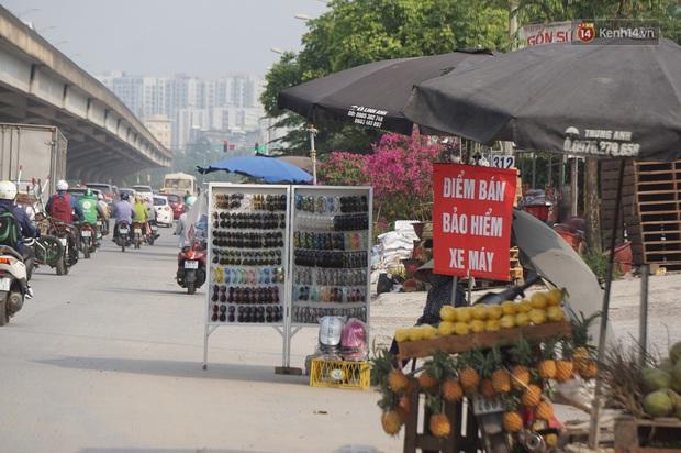 Hà Nội: Người dân đổ xô đi mua bảo hiểm xe máy, nơi bán giá siêu rẻ 20.000đ/ năm mọc lên nhan nhản ở lề đường - Ảnh 3.