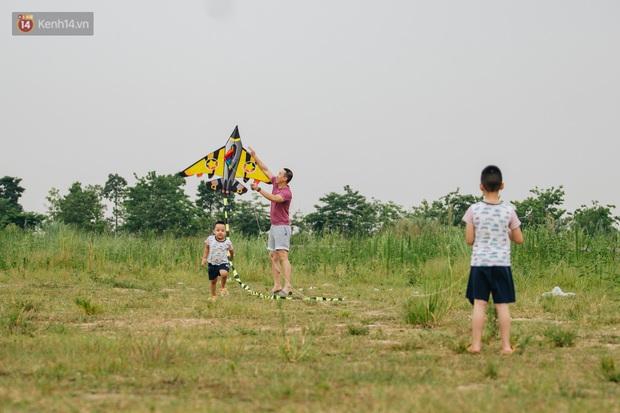 Chùm ảnh: Người lớn, trẻ nhỏ đổ về bãi đất trống khu đô thị Tây Hồ Tây để thả diều  - Ảnh 12.