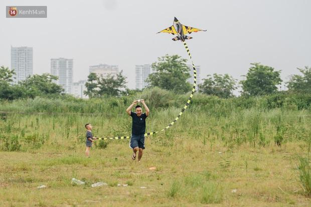 Chùm ảnh: Người lớn, trẻ nhỏ đổ về bãi đất trống khu đô thị Tây Hồ Tây để thả diều  - Ảnh 3.