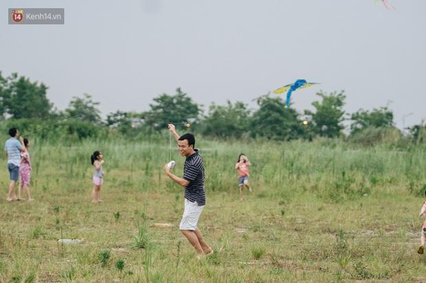 Chùm ảnh: Người lớn, trẻ nhỏ đổ về bãi đất trống khu đô thị Tây Hồ Tây để thả diều  - Ảnh 8.