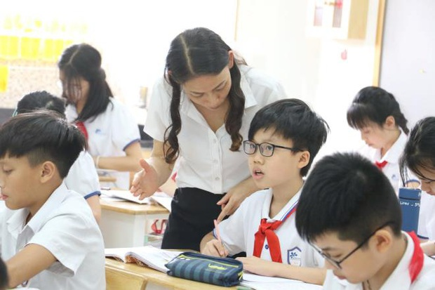 Học sinh lớp 1 ấp úng đánh vần, quên số, chữ viết nguệch ngoạc sau 3 tháng nghỉ - Ảnh 1.