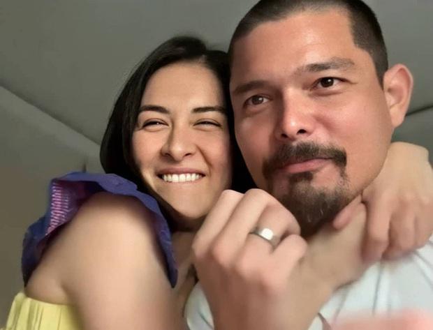 11 năm chung sống và đã có 2 con nhưng vợ chồng mỹ nhân đẹp nhất Philippines vẫn dành cho nhau những hành động tình tứ khiến người hâm mộ phát hờn - Ảnh 1.