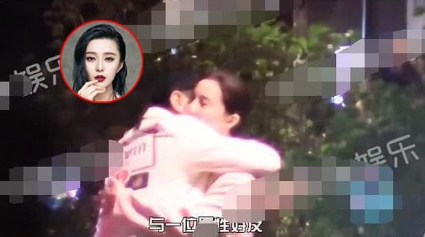 Tình cũ Lý Thần vừa bị bắt gặp dẫn bạn gái về nhà, Phạm Băng Băng cũng ôm chặt người đàn ông lạ mặt trên phố? - Ảnh 4.