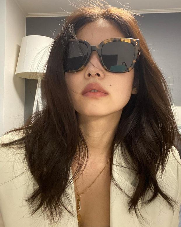 Nửa đêm Jennie (BLACKPINK) spam cả BST ảnh, rinh 25 triệu like: Thay 101 bộ đồ hiệu, selfie lăn lộn trên giường, sốc vì body - Ảnh 8.