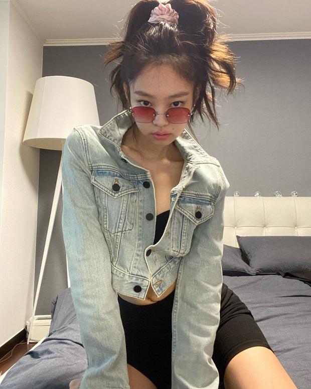 Nửa đêm Jennie (BLACKPINK) spam cả BST ảnh, rinh 25 triệu like: Thay 101 bộ đồ hiệu, selfie lăn lộn trên giường, sốc vì body - Ảnh 10.