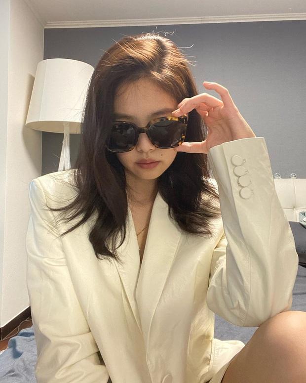 Nửa đêm Jennie (BLACKPINK) spam cả BST ảnh, rinh 25 triệu like: Thay 101 bộ đồ hiệu, selfie lăn lộn trên giường, sốc vì body - Ảnh 7.