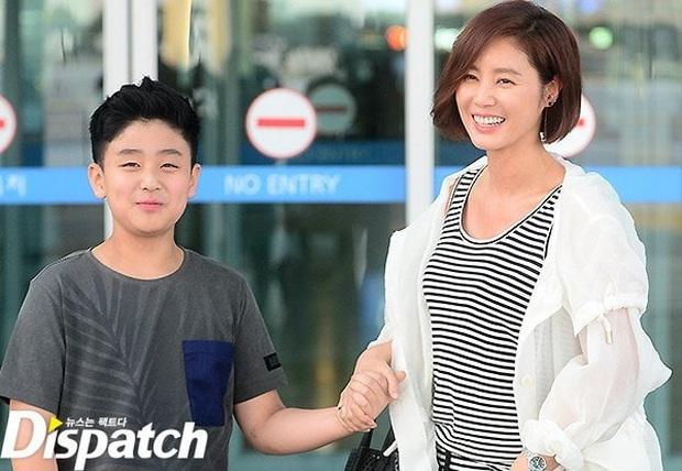 Mẹ Kim Tan chiếm top Naver từ tối qua đến nay vì lần đầu khoe quý tử hào môn, 16 tuổi mà đã cao hơn mẹ cả cái đầu - Ảnh 3.