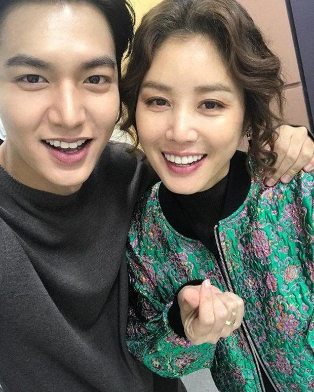 Mẹ Kim Tan chiếm top Naver từ tối qua đến nay vì lần đầu khoe quý tử hào môn, 16 tuổi mà đã cao hơn mẹ cả cái đầu - Ảnh 10.