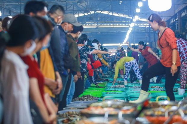 [ẢNH] Chợ hải sản Cần Giờ không lối thoát, chật kín người dịp nghỉ lễ 30/4 - 1/5 - Ảnh 5.