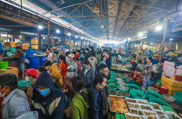 [ẢNH] Chợ hải sản Cần Giờ không lối thoát, chật kín người dịp nghỉ lễ 30/4 - 1/5 - Ảnh 6.
