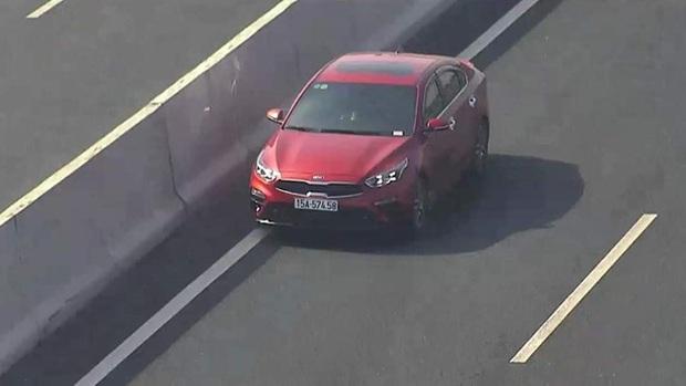 Tài xế ô tô lao ngược chiều vun vút ở làn 120 km/h trên cao tốc Hà Nội - Hải Phòng - Ảnh 2.