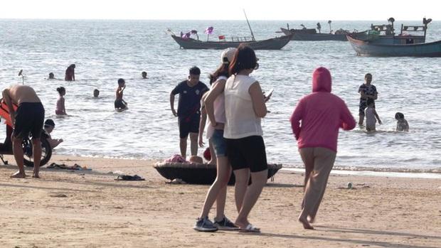 TT-Huế: Hàng nghìn người xé rào tắm biển dịp cuối tuần, nghỉ lễ - Ảnh 2.