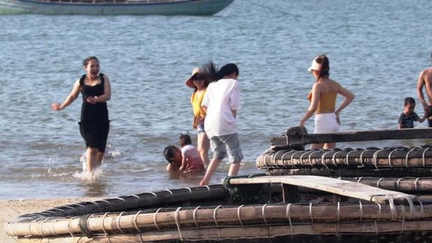 TT-Huế: Hàng nghìn người xé rào tắm biển dịp cuối tuần, nghỉ lễ - Ảnh 3.
