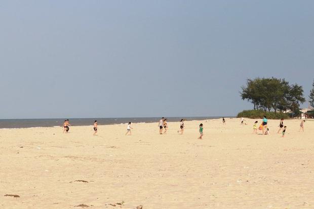 TT-Huế: Hàng nghìn người xé rào tắm biển dịp cuối tuần, nghỉ lễ - Ảnh 13.