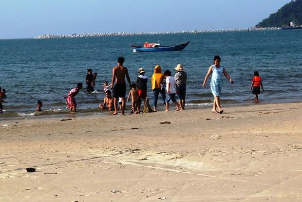 TT-Huế: Hàng nghìn người xé rào tắm biển dịp cuối tuần, nghỉ lễ - Ảnh 14.
