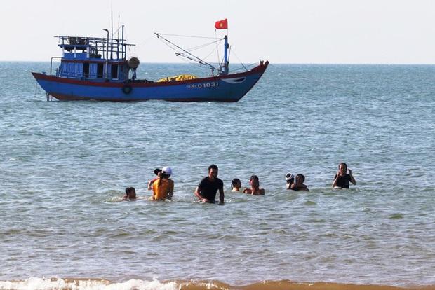 TT-Huế: Hàng nghìn người xé rào tắm biển dịp cuối tuần, nghỉ lễ - Ảnh 15.