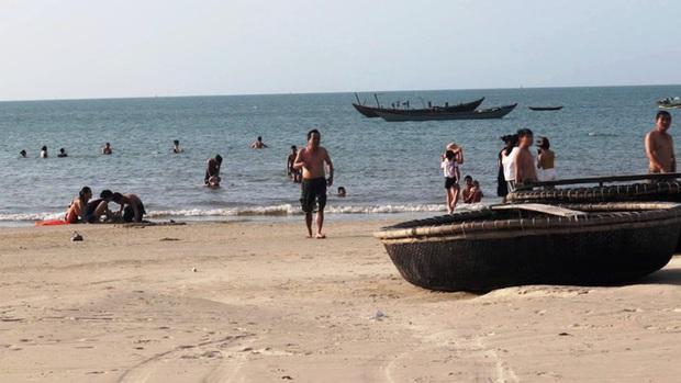 TT-Huế: Hàng nghìn người xé rào tắm biển dịp cuối tuần, nghỉ lễ - Ảnh 4.