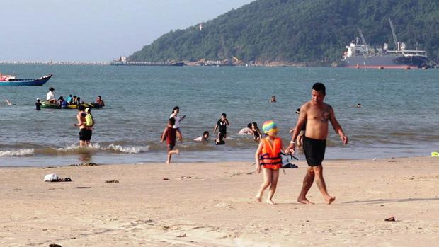 TT-Huế: Hàng nghìn người xé rào tắm biển dịp cuối tuần, nghỉ lễ - Ảnh 5.