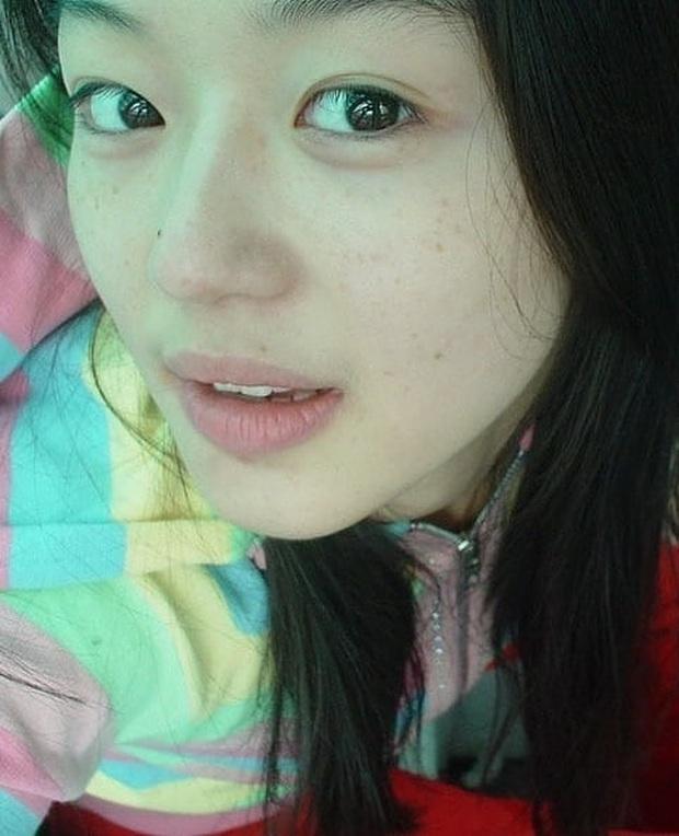 Zoom cận mặt mộc của mợ chảnh Jeon Ji Hyun thời trẻ măng: Da lấm tấm tàn nhang vẫn đẹp không thốt nên lời - Ảnh 6.