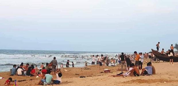 TT-Huế: Hàng nghìn người xé rào tắm biển dịp cuối tuần, nghỉ lễ - Ảnh 8.