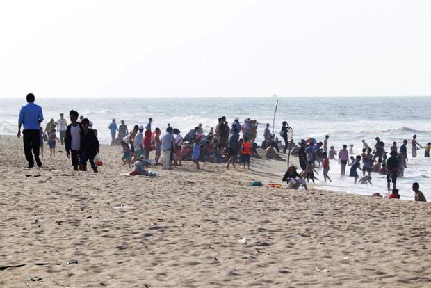 TT-Huế: Hàng nghìn người xé rào tắm biển dịp cuối tuần, nghỉ lễ - Ảnh 9.