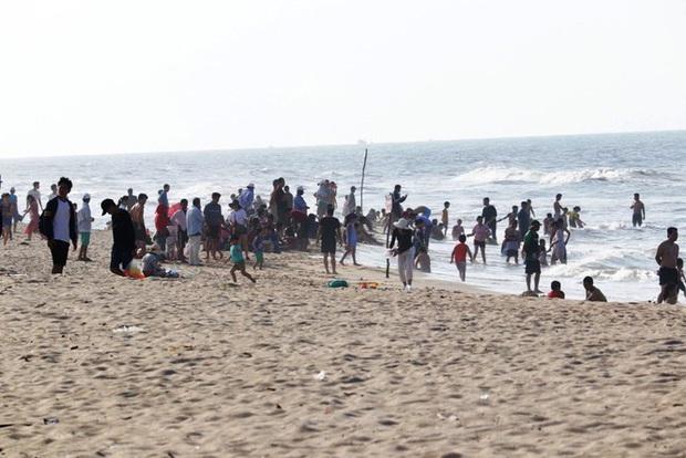 TT-Huế: Hàng nghìn người xé rào tắm biển dịp cuối tuần, nghỉ lễ - Ảnh 10.