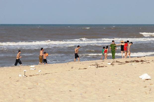 TT-Huế: Hàng nghìn người xé rào tắm biển dịp cuối tuần, nghỉ lễ - Ảnh 11.